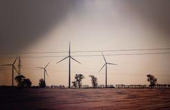 Retro donker abstract beeld van windturbines op gebied Royalty-vrije Stock Fotografie