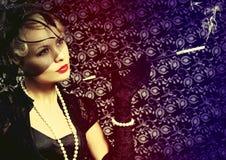 Retro donna con il sigaro. Ritratto di bella bionda di modo Fotografie Stock Libere da Diritti