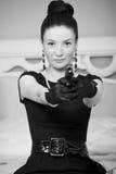 Retro donna con una pistola in una donna dell'hotel Fotografia Stock Libera da Diritti