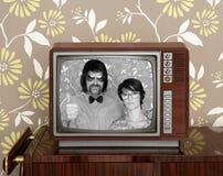 Retro donna dell'uomo delle vecchie della TV coppie sciocche di legno della nullità Fotografia Stock Libera da Diritti