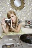 Retro donna della foto della macchina fotografica nella stanza dell'annata Fotografia Stock