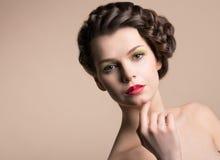 Retro donna di designazione con i capelli di Brown Fotografia Stock Libera da Diritti
