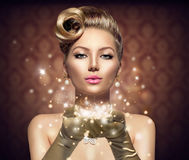 Retro donna di festa con le stelle magiche Fotografie Stock Libere da Diritti