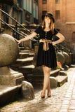 Retro donna di modo di stile in vecchia città Fotografie Stock Libere da Diritti