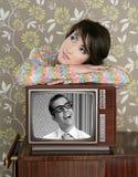 Retro donna nell'amore con l'eroe della nullità della TV Fotografie Stock