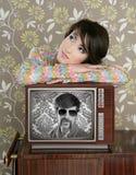Retro donna nell'amore con l'eroe della nullità della TV Fotografia Stock Libera da Diritti