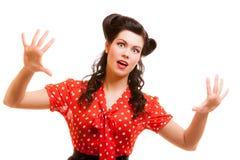 Retro donna terrorizzata del ritratto nei grida rossi isolati timore Immagini Stock