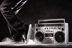 Retro doos, het stof en de danser van de gettoboom op zwarte met cl wordt geïsoleerd dat Royalty-vrije Stock Fotografie