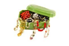 Retro doos met geassorteerde uitstekende halsbanden op wit Stock Foto's