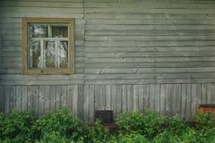Retro drewniana ściana z okno i kwiatami zdjęcia royalty free