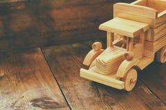 Retro drewniany zabawkarski samochód nad drewnianym stołem Pokój dla teksta nostalgia i prostoty pojęcie prętowej wizerunku damy  Zdjęcia Royalty Free