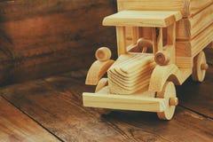 Retro drewniany zabawkarski samochód nad drewnianym stołem Pokój dla teksta nostalgia i prostoty pojęcie prętowej wizerunku damy  Obrazy Stock