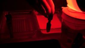 Retro drukfoto's in de donkere kamer Donkere kamer om film te ontwikkelen en foto's te creëren die verschillende chemische produc Stock Afbeeldingen