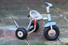 Retro dziecko trójkołowa rower na bruku zdjęcia royalty free