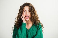 Retro dziewczyna z eleganckim makeup i włosy w Paris retro moda styl parisian kobieta z długim kędzierzawym włosy w zieleni Obrazy Royalty Free