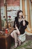 Retro dziewczyny obsiadanie przy opatrunkowym stołem zdjęcie royalty free