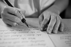 Retro effekt bleknade och tonade bild av en flicka som skriver en anmärkning med en antik handskriven bokstav för reservoarpenna Arkivbilder