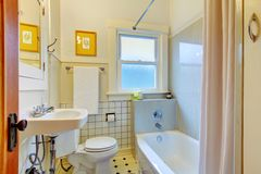 Retro- einfaches Badezimmer mit alter Wanne und Fliesen. Lizenzfreies Stockfoto