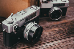 Retro ekranowe kamery na drewnianym tle fotografia stock