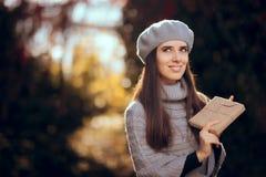 Retro Elegant Meisje die met Baret een Document Verpakt Pakket houden royalty-vrije stock foto's