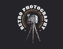 Retro embleem van de fotocamera - vectorillustratie Uitstekend embleem Stock Afbeeldingen