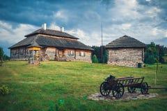 Retro etnische huizen op landelijk landschap, het gebied van Brest, Wit-Rusland Royalty-vrije Stock Afbeeldingen