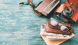 Retro exponeringsglas och gammal retro kamera Arkivfoton