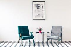 Retro fåtöljer i minimalist inre arkivbilder