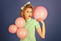 Retro födelsedag Den sexiga blonda flickan med den retro makeuphållen sväller Arkivbild