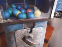 Retro fördelande enhet av den plast- äggleksaken royaltyfri foto