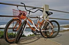 Retro- Fahrräder, die am Geländer sich lehnen lizenzfreie stockfotografie