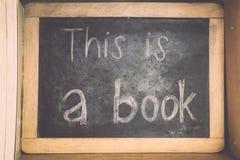 Retro- Farbe - alte Bücher der Weinlese unterzeichnen Brett auf hölzernem shelft Stockfotografie