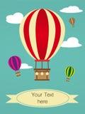 Retro- Feiertagsgrußkarte mit Heißluftballon Stockbild