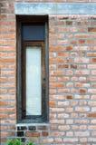 Retro- Fenster mit Wand des roten Backsteins Stockfoto