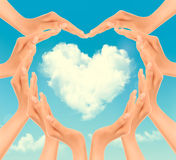 Retro feriebakgrund med händer som gör en hjärta och ett moln stock illustrationer