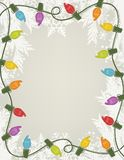 Retro ferieljus med den vita julgranen och snöflingan gränsar stock illustrationer