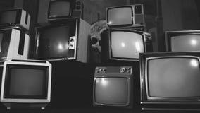 Retro- Fernsehen dreht sich auf grünen Schirm mitten in vielen Fernsehen Ästhetik der achtziger Jahre Schwarzweiss-Ton stock footage
