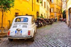 Retro Fiat 500 parkujący w Trastevere na Wrześniu 23, 2016 w Rzym Zdjęcie Royalty Free