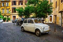 Retro Fiat 500 som parkeras i Trastevere på September 23, 2016 i Rome italy Royaltyfri Bild