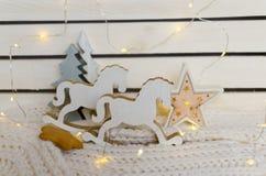 retro figura di un cavallo a dondolo sui precedenti delle luci di Natale Fotografia Stock Libera da Diritti