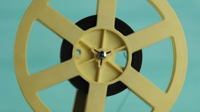 Retro- Film-Projektor über Holztisch und blauem Texturhintergrund stock footage