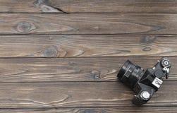 Retro filmkamera på en träbakgrund royaltyfri foto
