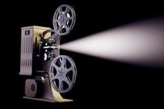 Retro filmprojector met lichtstraal op zwarte Stock Afbeeldingen