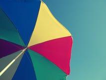 Retro filmu stylizowany parasol na niebieskim niebie Obraz Royalty Free