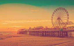 Retro filtro dalla foto di effetto: Pilastro di Blackpool e Ferris Wheel centrali, Lancashire, Inghilterra, Regno Unito Immagine Stock Libera da Diritti
