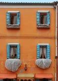Retro finestre sbiadite aperte con i ciechi di legno fotografia stock