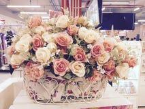 Retro fiori delle rose in vaso Fotografie Stock Libere da Diritti