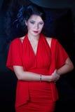 Retro flicka i en röd klänning Arkivfoto
