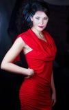 Retro flicka i en röd klänning Royaltyfri Bild
