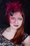 Retro flicka med det burgundy locket Royaltyfri Bild